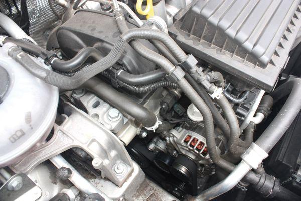 Bom espaço no cofre do motor facilita a manutenção