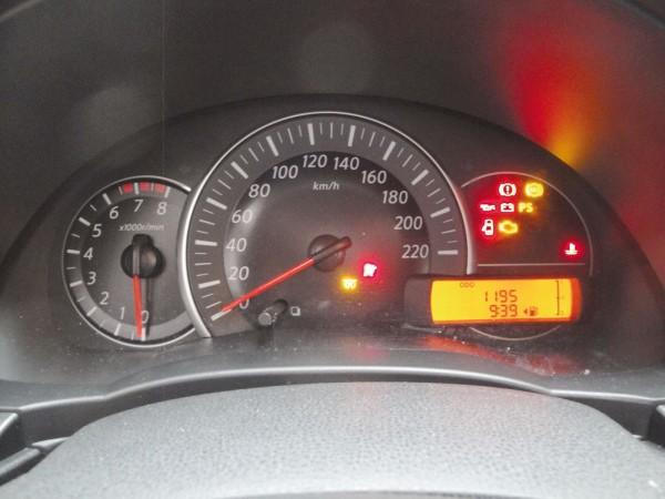 Painel tem todas informações básicas, mas falta o indicador de temperatura do motor