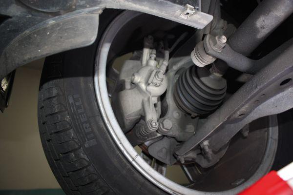 Suspensão dianteira McPherson e pinça de freio de construção delgada
