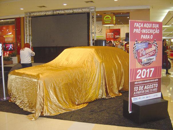 O Opala SS coberto por um pano dourado despertava a curiosidades das pessoas e dava mais destaque ao evento