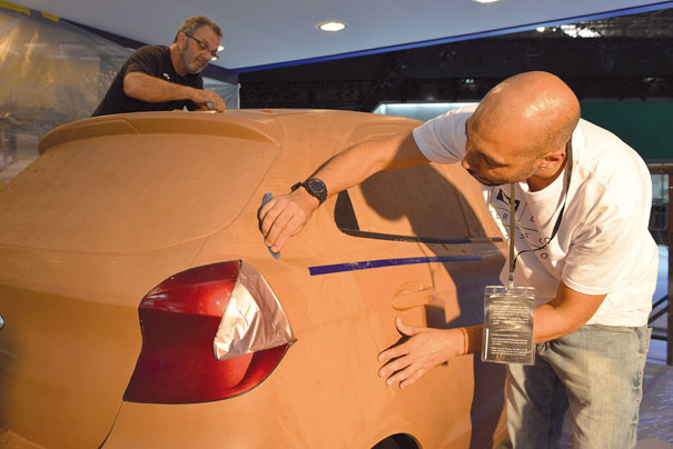 Chamado de Clay, a argila plástica sintética é utilizada para modelar o carro