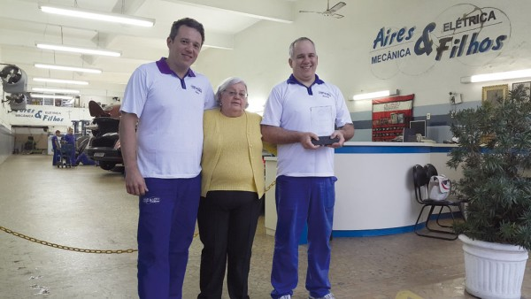 Fábio, dona Cristina e Ricardo Cramer dos Santos. A mãe, ao centro, foi a primeira a saber que Ricardo participaria do Grande Prêmio Motorcraft