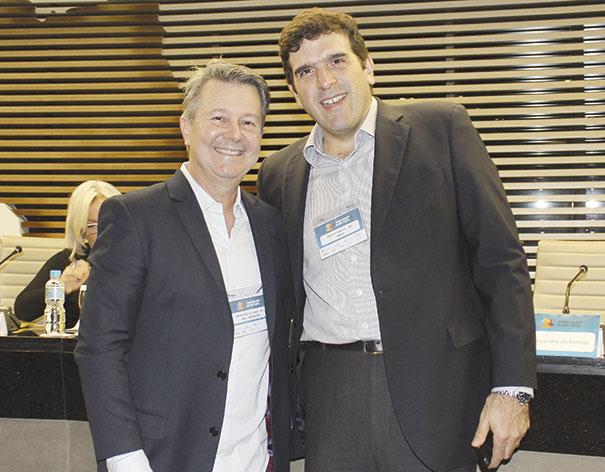 Alfredo Bastos Jr (esquerda), diretor de marketing da MTE-Thomson e Marcelo Gabriel, diretor da Cinau