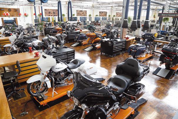 O espaço concentra 12 postos de trabalho individuais, cada um equipado com motocicleta e ferramentas