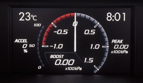 """No painel há uma tela de 4,3"""" que mostra o manômetro de pressão do turbo"""