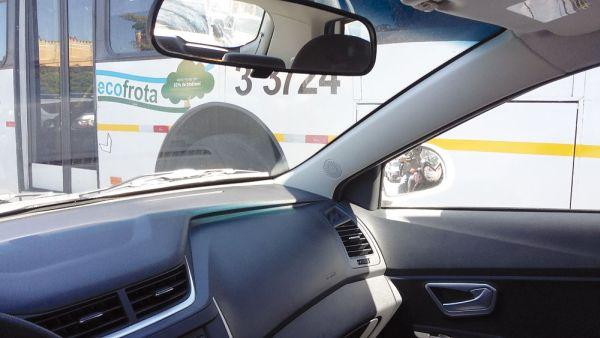 Visão do espelho retrovisor direito é atrapalhada pela coluna A