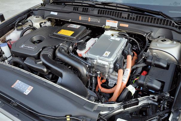 Ford Fusion Hybrid com faróis de LED