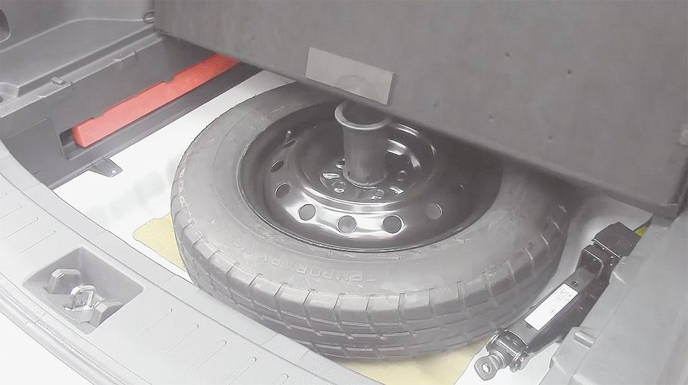 Bagageiro perde muito espaço sem necessidade: suporte que segura o assoalho, acima do pneu sobressalente, tem cerca de 10 cm