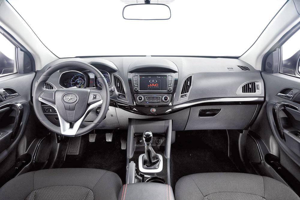 Interior é confortável e oferece diversas comodidades, mas poderia ter melhor acabamento e bancos em couro na versão top