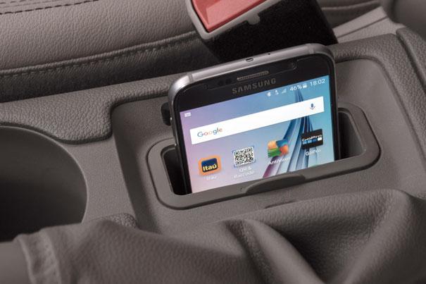 Há um compartimento no console central com tecnologia capaz de carregar o smartphone via indução eletromagnética