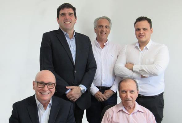 Da esq. para dir., em sentido horário: Marcelo Gabriel, Roberto Almeida, Danilo Fraga, Edgar Fraga e Cássio Hervé