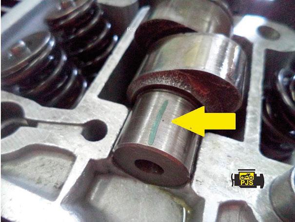 Aspecto do plastigage compactado (esmagado) no eixo do comando de válvulas