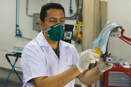 Especialista do Centro repara pintura do para-lama