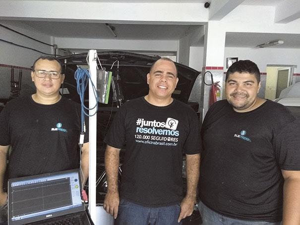 Figura 1- No centro:  Diogo Vieira da Automotriz.  Nas laterais:  Nilton e Danilo da Injeprog Eletrônica Automotiva.