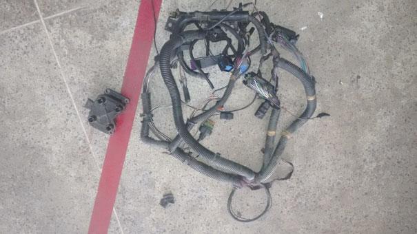 Figura 3- Chicote do motor trocado e algumas peças para testes.  O teimoso Linea insiste em não querer pegar
