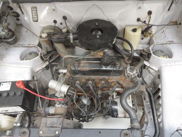 O diminuto motor da Série A, de 1,1 litro e parcos 49 cv, fica ainda menor dentro desse grande cofre