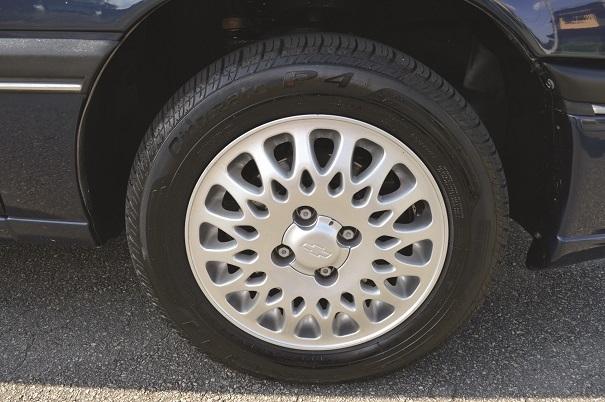 A roda de liga leve, com desenho exclusivo na versão CD, deixava o visual mais elegante