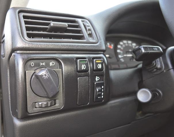 Itens de segurança, comandos de luzes de nevoeiro na dianteira e traseira, além da regulagem do facho dos faróis
