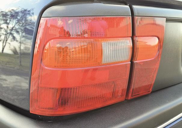 As lanternas também são importadas, neste caso são Made in England, da ex-subsidiária Vauxhall