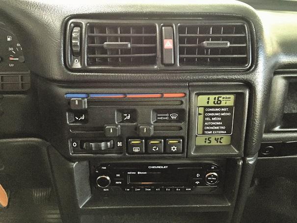 No console central os comandos de ventilação, o prático e útil computador de bordo, tudo fácil e intuitivo