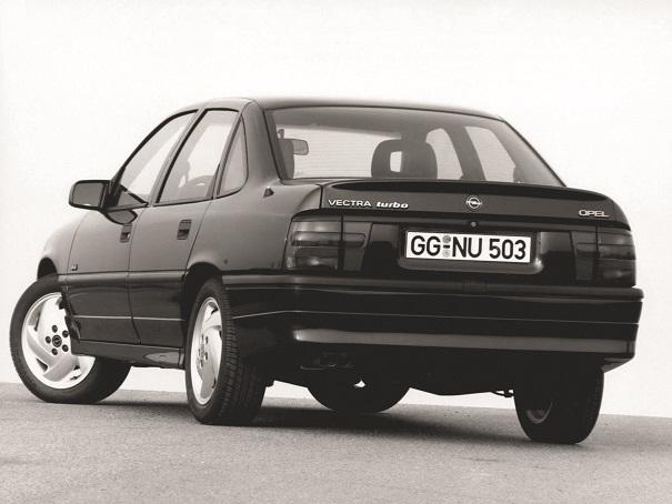 Em 1992 a Opel promovia uma leve atualização estética no Vectra, a novidade era a adoção do motor 2,0 litros turbo, de 204 cv, velocidade máxima de 240 km/h