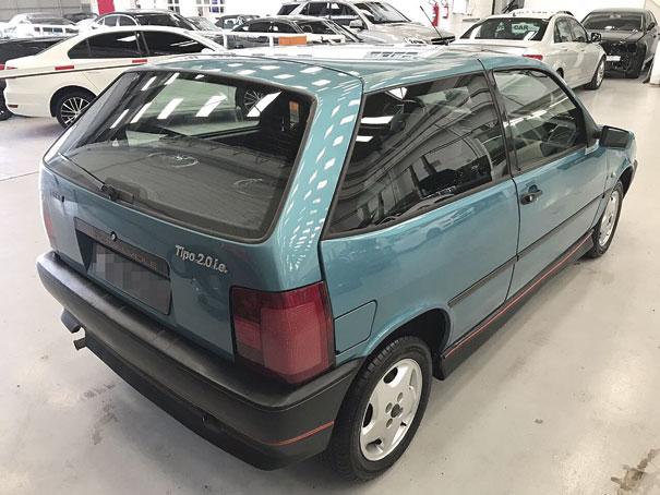 A versão duas portas traseira um grande vidro lateral que contribuía para a boa visibilidade, na versão esportiva as lanternas tinham desenho diferenciado