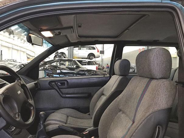 A versão 16V contava com aro do volante revestido em couro e de boa pegada