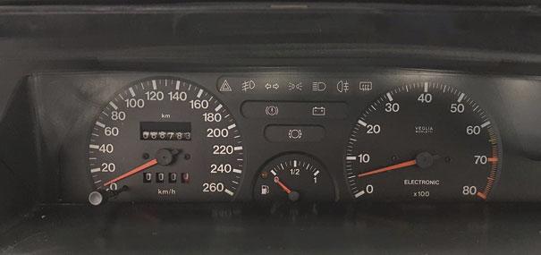 Painel de instrumentos com grandes mostradores e de fácil visualização, características bem próprias dos carros da Fiat