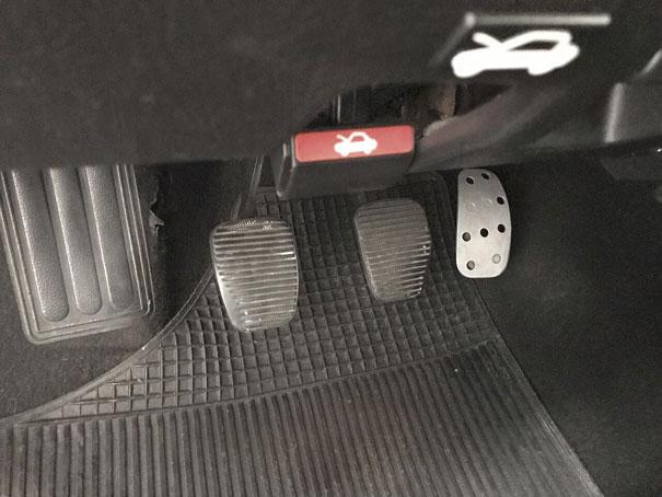 Pedal do acelerador em alumínio vazado lembrava que o Tipo 16V era um carro que podia ser guiado de forma esportiva
