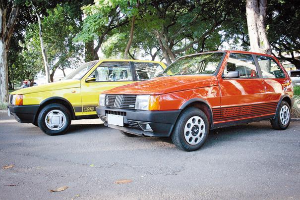Uno 1.5, 1987 (vermelho) e 1989 (amarelo), o modelo esportivo da Fiat tinha visual mais elaborado, determinado pelos detalhes como faixas laterais e faróis auxiliares, algo típico dos anos 80