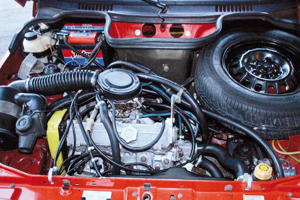 O motor Sevel de 1,5 litro teve o cabeçote retrabalhado para melhor superar a alta taxa de compressão 12:1, comando de válvulas mais bravo, além de novo carburador de corpo duplo. 85 cv e torque 12,9 m.kgf