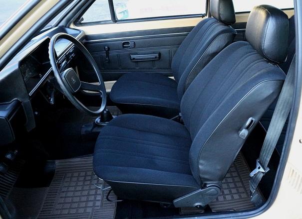 Os ocupantes dos bancos dianteiros um bom espaço para as pernas e cabeça, o motorista tinha comandos próximos as mãos
