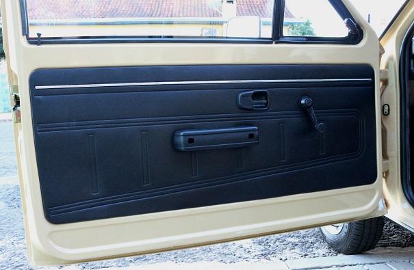 Mesmo sendo a versão Luxo não havia porta-objetos nas portas