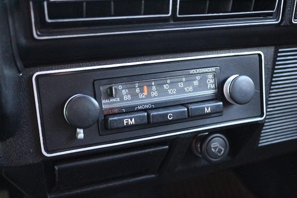 Um dos poucos opcionais era o rádio AM/FM conservado até os dias atuais