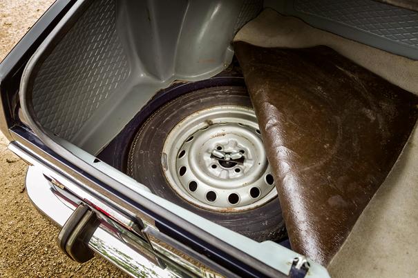 O estepe ficava alojado no piso do porta-malas, o que contribuía para um melhor aproveitamento do espaço