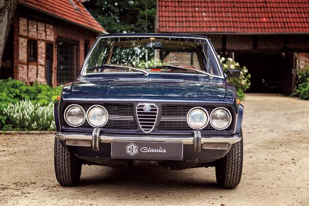 A dianteira típica Alfa Romeo, cuore esportivo ladeado por quatro faróis