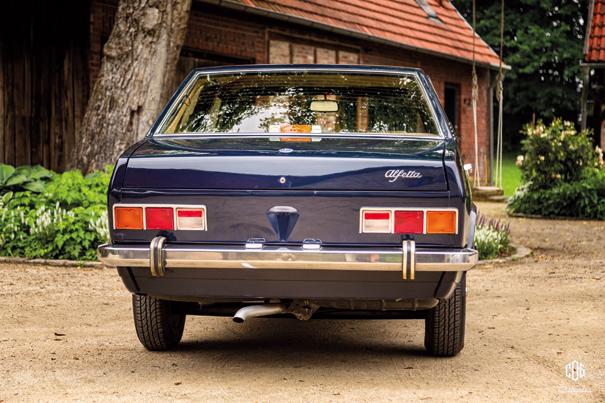 Uma característica peculiar da Alfetta era ter a traseira alta, recurso estético nada usual durante os anos de 1970, curioso é a saída de escape ao centro