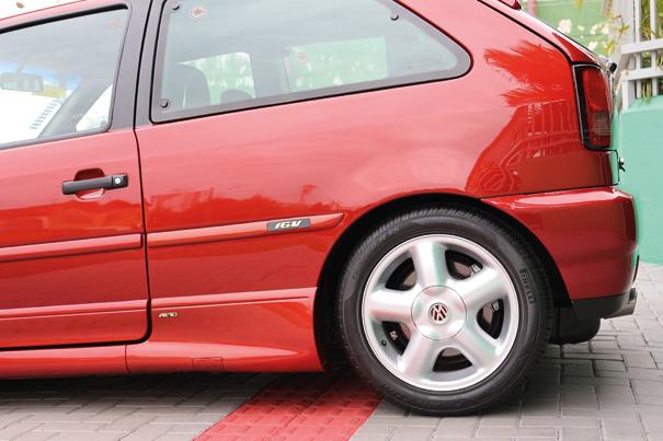 Cobertas pelas bonitas rodas de liga-leve aro 15 estão os freios a disco nas rodas traseiras, outra novidade no Gol GTI 16V, como opção havia o sistema ABS