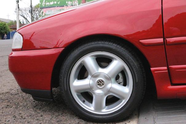 A versão GTI 16V tinha como primazia oferecer pela primeira vez no Brasil os pneus na medida 195/50, tudo para garantir uma ótima estabilidade e aderência nas curvas