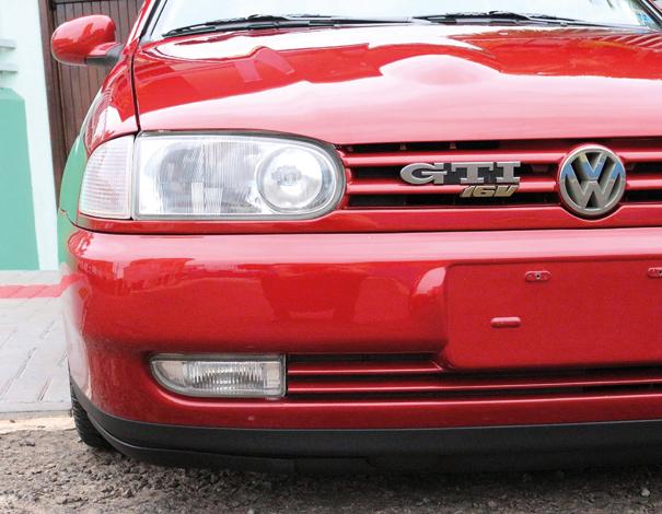 A aparência agressiva do exterior foi reforçada pela bolha no capô, marca registrada do versão GTI 16V