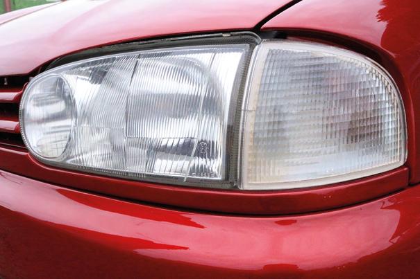 Os faróis traziam duplo defletor e seu formato arredondado era inspirado no primo alemão Golf de terceira geração