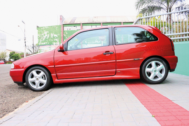 A pintura metálica é chamada de vermelho Dakar e virou marca registrada do Gol GTI 16V