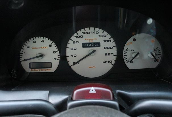 Os mostradores com fundo branco oferecem uma ótima visibilidade, sua aparência lembra a instrumentação dos Audi