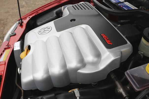 A tampa que encobre o motor deixa o visual com ar de modernidade e isola a cabine de ruídos