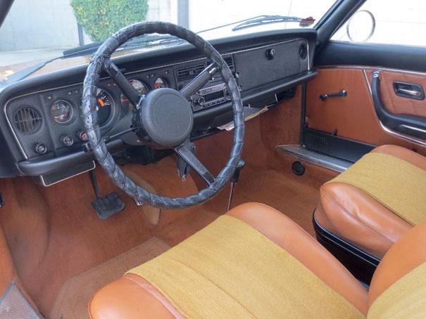 O piso dianteiro quase plano era uma característica do Ro 80, a alavanca de câmbio semiautomático entre os bancos e painel emborrachado davam um requinte ao ambiente interno