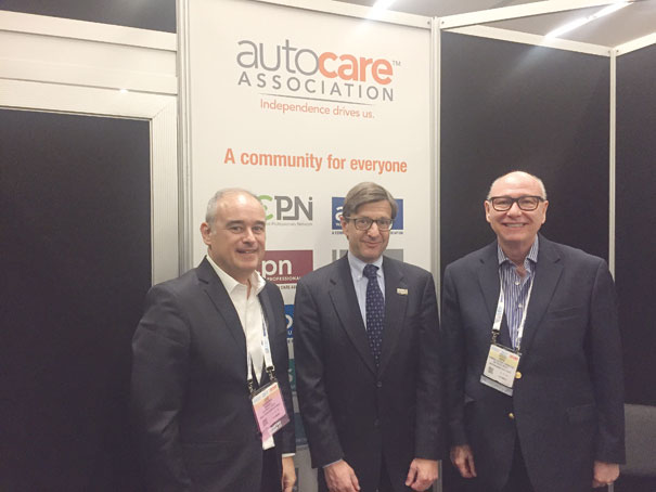 Sergio Alvarenga (Sindirepa Nacional), Aaron Lowe (Auto Care Association) e Cassio Hervé (Grupo Oficina Brasil)