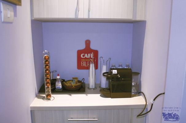 Sala de espera com água, café e bolachas