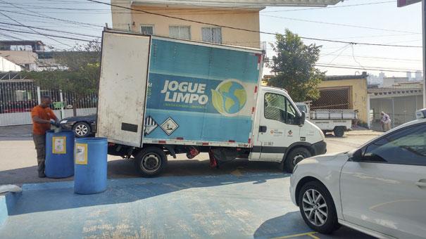 Caminhão retirando os recicláveis da oficina
