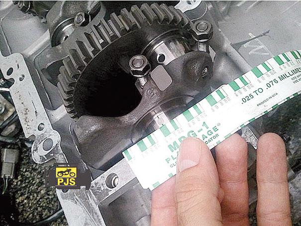 Aferição de folga de bronzina das carcaças do motor com auxílio do Plastigage - motocicleta Kawasaki