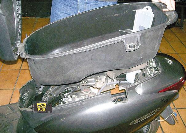 Fig. 2 - Remoção do compartimento sob o assento